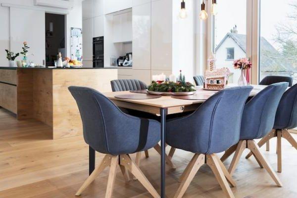 Weihnachtsstress adé: 3 Tipps wie du deinen Holzboden vor Wasser, Kratzern & Co schützt